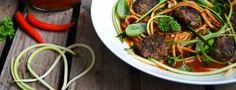 Zucchini spaghetti w. spicy meatballs & chili-tomato sauce
