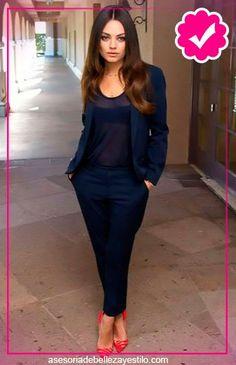 bd58dd72cf Como combinar un pantalón azul marino de mujer y zapatos rojos - traje azul  marino mujer