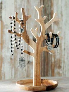 Sieradenboom Kettingen, armbanden, ringen en horloges; voor alles is een plek in en onder deze boom van acaciahout. Prijs € 24,95  Happinez.nl