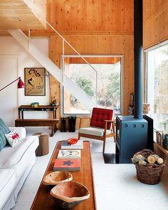 Móveis e objetos de madeira, cores.