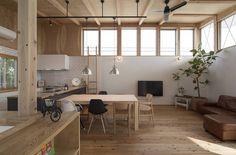 西庇の家: 株式会社建楽設計が手掛けたtranslation missing: jp.style.リビング.modernリビングです。  #燈具 #吊扇 #壁面高層