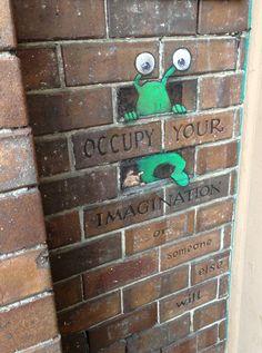 sluggo-chalk-drawings-street-art-david-zinn --- Kaity - this is cool chalk art! 3d Street Art, Amazing Street Art, Street Art Graffiti, Street Artists, Amazing Art, Graffiti Artists, Graffiti Art Drawings, Street Art Quotes, Best Street Art