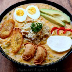 Receta para preparar la tradicional fanesca ecuatoriana. Esta sopa ecuatoriana se come durante Semana Santa y lleva bacalao, una variedad de legumbres y verduras, especias, maní, leche, crema y queso.