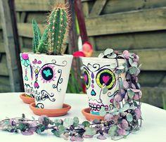 Sugar: DIY Sugar skull pots ou les pots mexicains Plus Whimsical Halloween, Easy Halloween Crafts, Halloween Fun, Halloween Decorations, Diy Ombre, Sugar Skull Crafts, Sugar Skulls, Box Deco, Halloween Tisch