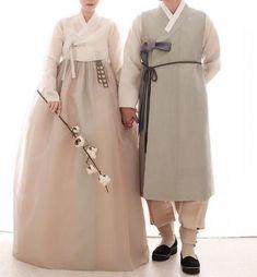 안녕하세요 청담 이승현한복입니다. 오늘 소개해드릴 한복은~ 예식을 앞두고 예쁜 신부님들의 한복 가봉후... Korean Traditional Clothes, Traditional Dresses, Korean Dress, Korean Outfits, Hanbok Wedding, Beautiful Outfits, Cool Outfits, Modern Hanbok, Korean Wedding