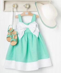dress and sandals green ~ vestido y sandalias verdes para niña.