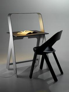 """On ne vous présente plus le studio aussi prolifique que talentueux, Torafu Architects. On a plus souvent traité de ses réalisations en architecture mais ses créations en design sont toutes aussi intéressantes.  La preuve avec le concept """"Light Light Desk"""", un bureau minimal, pliable, intégrant parfaitement dans ses lignes une lumière. Cette veilleuse est faite pour la transition entre le jour et la nuit. Le bureau est composé d'aluminium, de contreplaqué et de linoléum avec une DEL comme..."""