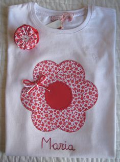 Camisetas personalizadas - lazos de tul: Flor Baby Embroidery, Machine Embroidery Applique, Baby Sewing Projects, Sewing For Kids, Patchwork Cushion, Baby Pants, T Shirt Diy, Little Girl Dresses, Kids Wear