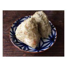 「いろは」シリーズの菊紋の小皿。シンプルなとろろ昆布をまぶしたおにぎりをのせるだけでも味わいがありますね。