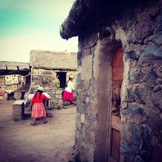 O final do passeio até Sillustani tem uma parada em uma pequena comunidade onde ainda são preservadas antigas tradições. Sillustani Puno Peru. Viagens para recordar. Um lugar pra voltar. #sillustani #puno #preinka #mercosul #americadosul #peru #viagem #turismo #férias #fotododia #minhavida #vlog #mylife #youtubechannel #trip #photooftheday #fun #travelling #tourism #tourist #travel #myworld