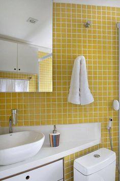 15230-Banheiros decorados com pastilhas-marina-carvalho-viva-decora Pantone, Sink, Bathtub, Home Decor, Studios, Bathrooms, Layout, Decoration, Yellow