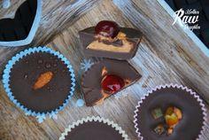 Asi posledný sladký recept na tieto Vianoce, budú extra ľahké šuhajdy. Môžete si ich pripraviť vegánske alebo aj úplne raw. Skúšali sme a kombinovali obe varianty. Najlepšie je, že tento recept nevyžaduje žiadne sušenie a ani mixér – až tak sa dá zjednodušiť. Na šuhajdy potrebujete: – vegánsku čokoládu alebo kakao – 60 – 100g …
