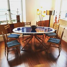 Gorgeous Italian dining-room set with a dining table and 6 dining chairs from the 60s and attributed to Ico Parisi. Beautiful blue glass tray and wood base. Blue fabric and nice design of the chairs too. Very good condition.