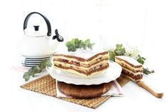 Si vas a tener invitados o te toca llevar el postre, prepara esta Tarta borracha de cerezas y crema de café con antelación para que solo tengas que montarla y llevártela.