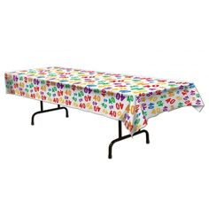 Vrolijk tafelkleed 40 jaar, mooi voor een verjaardag. Plastic tafelkleed met het cijfer 40 in allerlei kleuren erop bedrukt. Ongeveer 137 x 274 cm groot.