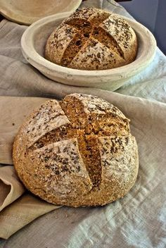 This bread is made with 400 g whole wheat flour, 215 g bread flour, 470 g mineral water, 12 g salt and 4 g dry yeast. After first rise, store in the fridge overnight. Bread Recipes, Baking Recipes, Hard Bread, Food Humor, Sin Gluten, Healthy Desserts, Bakery, Food And Drink, Easy Meals