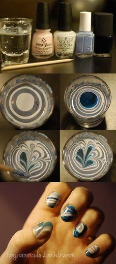 1.En un vaso con agua echar gotas de esmalte. 2.Mezclar suavemente con un palillo para lograr el efecto. 3.Poner vaselina sobre el dedo (excepto la uña). 4.Sumergir los dedos en el vaso. La vaselina impide que el esmalte se pegue a la piel.  LOVE THIS!