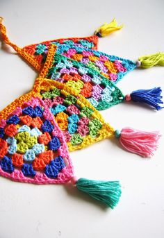 Crochet bunting with tassels Crochet Home, Crochet Granny, Crochet Motif, Crochet Crafts, Crochet Yarn, Crochet Stitches, Knitting Projects, Crochet Projects, Knitting Patterns