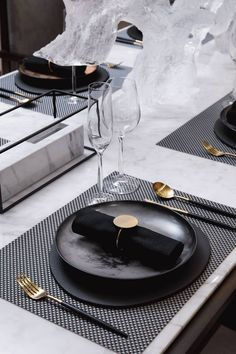 wedding table decorations 445926800601715887 - Black and gold wedding place setting inspiration Beautiful Interior Design, Beautiful Interiors, Stylish Home Decor, Modern Decor, Modern Wall, Modern Living, Industrial Wedding Inspiration, Modern Napkins, Lunches