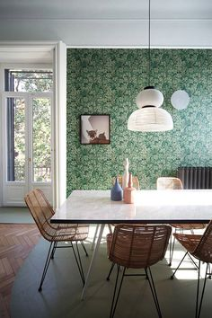 Relationship with nature and memories of space were the driving concepts behind this whimsical Milan apartment renovation by Marcante-Testa. Milan Apartment, Deco Restaurant, Mid Century Dining, Green Home Decor, Apartment Renovation, Best Dining, Dining Room Lighting, Dining Room Design, Dining Rooms