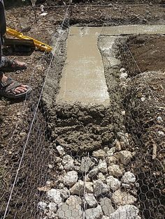 Mesh reinforced concrete footing over rubble trench