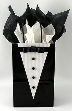 Wedding Gifts Diy Learn how to make this very cute tuxedo gift bag for your groomsmen gifts! Wrapping Gift, Creative Gift Wrapping, Creative Gifts, Wrapping Ideas, Gifts For Wedding Party, Party Gifts, Diy Gifts, Wedding Favors, Wedding Candy