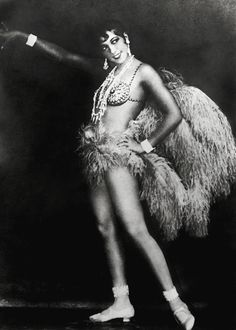 VINTAGE PHOTOGRAPHY: Josephine Baker in La Revue Nègre 1925 one the world's first celebrities of African origin traveled to Paris to appear in La Revue Nègre Josephine Baker, Photo Vintage, Vintage Photos, Retro Vintage, Vintage Glamour, Missouri, Ballet Russe, Art Deco, Burlesque