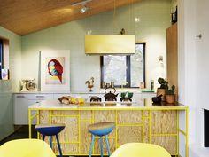 Une maison suédoise au parquet bleu