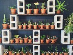 Que lindo esse jardinzinho com blocos de concreto.  www.eutambemdecoro.com.br  Foto via: Pinterest  #decoracao #decor #decorarion #decoration #arquitetura #design #designdeinteriores #architecture #inspiracao #decora #decoro #ideia #diy #blocos #blocosdsconcreto #cantinho #reaproveitar #simples #ideia #recicle #plantas #suculenta #cacto