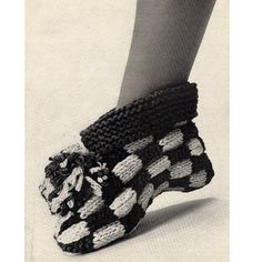 Knitting Patterns Slippers Knit Slipper boots with a checkerboard pattern, cuffs and a large pompom. What more could a girl wa… Knitting Patterns Free, Knit Patterns, Free Knitting, Knitted Booties, Knitted Slippers, Knitted Poncho, Knitting Socks, Knitting Stitches, Checkerboard Pattern