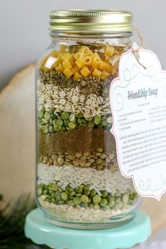 Looking for an awesome gift for friends and family this holiday season? This soup mix in a jar gift is perfect! This hearty fall soup is nourishing and delicious and makes a beautiful gift for Christmas. Mason Jar Mixes, Mason Jars, Pot Mason, Jar Food Gifts, Food Jar, Gift Jars, Best Food Gifts, Christmas Soup, Christmas Food Gifts