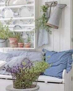Det dufter nyyyydelig på verandaen her nå. Lavendel og innhøsting av oregano i dag. Skal prøve å tørke begge deler og holder på å ordne et kreativt oppheng i orangeriet. Den nye puten i olastoff med volanger er fra @homeandcottagenorge. Fin mandag der ute 💛   #krydder #herbs #porch #levlandlig #lantliv #homeandcottage #contryliving
