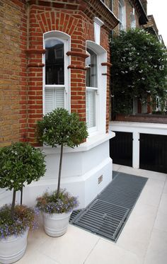 Even with the smallest front garden, you can still have a lightwell without losing the garden. : Even with the smallest front garden, you can still have a lightwell without losing the garden. Victorian Front Garden, Victorian Terrace, Victorian Homes, Basement Flat, Basement Windows, Walkout Basement, Basement Bedrooms, Fresco, Gardens