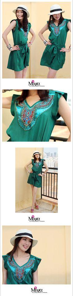 Nom : Origine ethnique Hmong de Miya brodé vert Jumpsuit  Genre : femme  Style : Jumpsuit  Mesure : le buste 36,2 cm (92 cm) | taille réglable, 37,8 cm (96 cm) maximum  Vêtements de longueur : 34,3 cm (87 cm)  Matière : mousseline de soie  Marque : Original de Miya    Propos Original de Miya :  Les inspirations entiers de notre marque maison découle de lart de la broderie Miao. Ces produits sont nos combinaisons de la culture Miao en Asie et notre propre vision du design moderne, avec les…