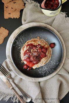 Experimente aus meiner Küche: Spekulatius Pancakes mit heißen Kirschen Yummy Recipes, Sweet Recipes, Vegan Recipes, Dessert Recipes, Cooking Recipes, Christmas Pancakes, Christmas Brunch, Christmas Baking, Xmas