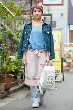 kindergarten chic(?): funky hair, smock over jeans, super cute backpack