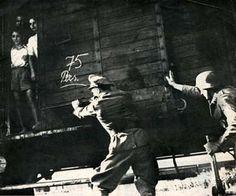 In Westerbork worden de deuren van een veewagon gesloten. Hoogstwaarschijnlijk zie je op dit beeld 75 personen (75 Pers.) vermoedlijk op weg Auswitsch.
