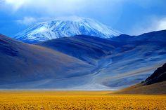 """Ruta de los Seismiles - Ruta 60 – Provincia de Catamarca  Los """"seismiles"""" son un grupo de volcanes ubicados entre Argentina y Chile que superan los seis mil metros cada uno, los volcanes más altos del mundo.  Paso de San Francisco - Tinogasta - Provincia de Catamarca    De fondo el Volcán Incahuasi (Argentina/Chile) 6.638 msnm"""