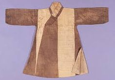 The piece had a very full sleeves and its lower par had splits as shown on the picture. The splits was on the both sides of the clothing and sometimes on the back.