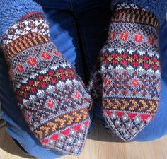 Pattern generously gifted to Solveigs Vantar Solveig's Mittens group by Solveig Larsson herself In January Knitted Mittens Pattern, Crochet Mittens, Knitting Socks, Knitted Hats, Knit Crochet, Knitting Patterns, Wrist Warmers, Fair Isle Knitting, Knitting Accessories