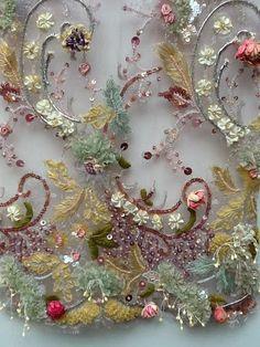 Colores suaves, delicado bordado