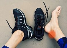 Plantar fasciitis and heel spurs are different but closely related conditions that lead to heel pain. Here's why you need to learn the difference. Best Walking Shoes, Best Running Shoes, Bags Online Shopping, Online Bags, Best Shoes For Bunions, Tendon D'achille, Sneakers Fashion, Fashion Shoes, Shoes Sneakers