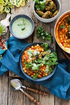 Feed Your Happy – Tomato & Chickpea Curry with Potato & Pea Cakes A super easy & healthy recipe packed with flavour. Perfect for a quick lunch or dinner. Organic Dinner Recipes, Indian Food Recipes, Ethnic Recipes, Healthy Food Options, Easy Healthy Recipes, Benefits Of Organic Food, Chickpea Curry, Green Bean Recipes, Nutritious Meals