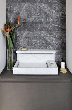 Particolare #JP - l'acqua scorre ai lati del piano in #marmo - scarico invisibile #mg12  #marble #bathroom #bagno #marmocarrara  #mg12