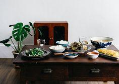 ⠀⠀⠀⠀⠀⠀⠀⠀⠀⠀⠀⠀⠀⠀⠀⠀⠀⠀⠀⠀⠀⠀⠀⠀⠀⠀⠀⠀⠀⠀⠀⠀⠀⠀⠀ 【午餐的時候大吃蛤蠣也太幸福了】(附食譜) ⠀⠀⠀⠀⠀⠀⠀⠀⠀⠀⠀⠀⠀⠀⠀⠀⠀⠀⠀⠀⠀⠀⠀⠀⠀⠀⠀⠀⠀⠀⠀⠀⠀⠀⠀ 最近在 鳥飛古物店 淘到一張檜木和室小桌,尺吋是一個人的寫字桌,也能剛剛好擺上兩人份的餐食,有時候想席地而坐的時候用這張桌子吃飯有種稍稍擁擠的親密感。 ⠀⠀⠀⠀⠀⠀⠀⠀⠀⠀⠀⠀⠀⠀⠀⠀⠀⠀⠀⠀⠀⠀⠀⠀⠀⠀⠀⠀⠀⠀⠀⠀⠀⠀⠀ 週末上菜市場,買斤秋冬吃正肥美的蛤蠣,接著和固定光顧的鹹水雞攤老闆買盤雞肉,最後帶塊現做現蒸的熱豆腐,再想到冰箱裡還有一把青菜、蕃茄與高湯,午餐的菜單就基本成形了。 ⠀⠀⠀⠀⠀⠀⠀⠀⠀⠀⠀⠀⠀⠀⠀⠀⠀⠀⠀⠀⠀⠀⠀⠀⠀⠀⠀⠀⠀⠀⠀⠀⠀⠀⠀ 回家速速浸米煮陶鍋米飯,用菇、豆腐與蕃茄煮湯、起鍋前淋入蛋花,口感才能蓬鬆;用石缽研了白胡椒粉配雞肉,再來才是炒青菜還有白酒蛤蠣,這兩樣要熱騰騰的入口才美味。一個小時內完成的我家午餐剛好擠滿了檜木小桌,偶爾席地而坐吃飯有種輕鬆的感覺,而且加了奶油的炒蛤蠣也太好吃了吧,坐我對面光拌著蛤蠣醬汁又多吃了一碗飯的人這樣說。…