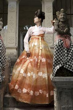 Hanbok, Korean Traditional Dress Source by xinzhuw dresses ideas Korean Traditional Dress, Traditional Dresses, Korean Dress, Korean Outfits, Modern Hanbok, Culture Clothing, Asian Style, Asian Fashion, Vogue Korea