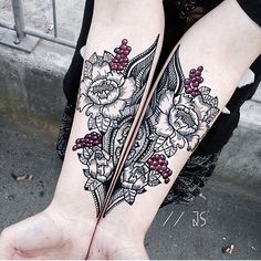 #Tattoo by @jessicasvartvit Tatouage symétrique sur les avant bras, fleurs, touche de couleur, fruits ornementale