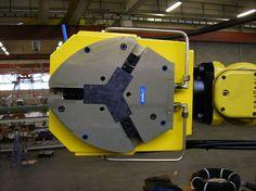 Attrezzatura di presa idraulica montata su robot Fanuc per movimentazione di particolari pesanti in ghisa