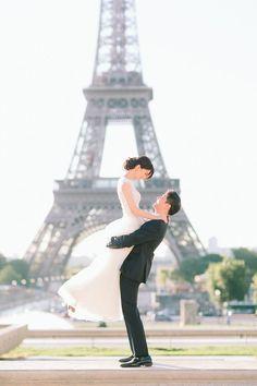 光り輝くキラめきとロマンスに溢れた街、フランス・パリ。美しき古い歴史とモダンなラグジュアリーが混在する、夢のようにロマンチックな街です♡ French Grey Photography によって撮影されたこのパリ前撮り、一見シンプルに見えますが、これ以上ないロマンチックさとエレガントさ、そしてパリの街とこの素敵なカップルの魅惑が至る所に映し出されています。 この前撮りを見たらあなたもきっと思わずうっとり♡ パリに行きたくなってしまうはず! France Paris, the city of love and lights, is a naturally dreamy and romantic place mixed with old history and modern luxury. This wedding photoshoot directed and captured by French Grey Photography shows every aspect of simple yet utterly romantic setting as a special…