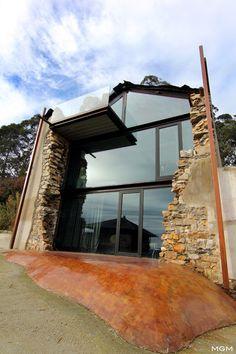 Dokładnie miesiąc temu pokazaliśmy dwie stodoły, które za sprawą zdolnych architektów przerodziły się w piękne nowoczesne domy. W pierwszej architekci